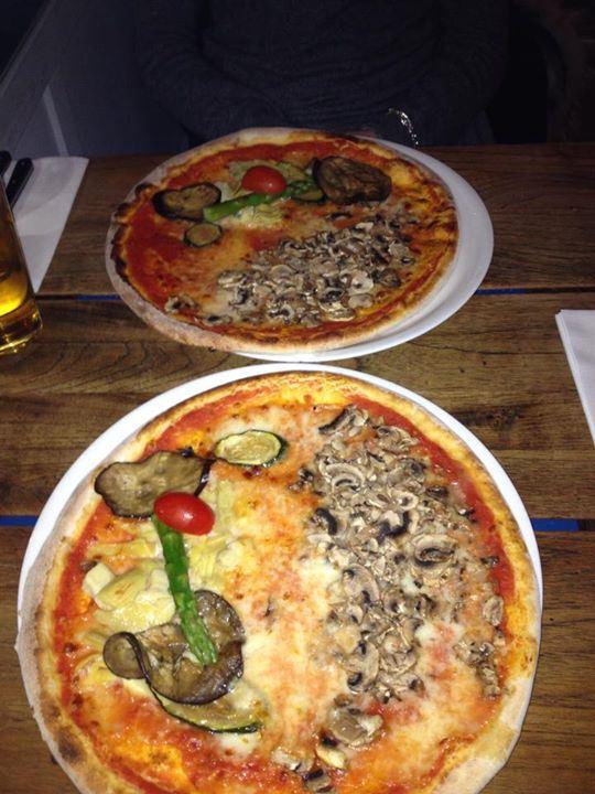 pizza-funghi-und-pizza-mit-gemc3bcse-und-kc3a4se