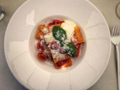 Paccheri Pasta mit Kirschtomatensoße und Buffelmozzarella-Creme