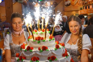 Rischart Cafe Kaiserschmarrn Oktoberfest Damen mit Torte