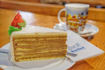 Rischart Cafe Kaiserschmarrn Oktoberfest Torte mit Cappuccino