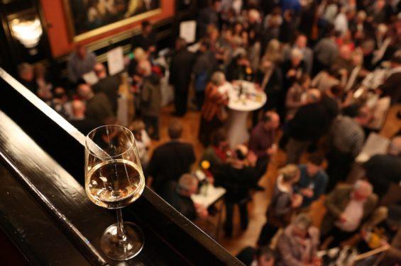 Main Bayern Wein Silvaner im Kuenstlerhaus