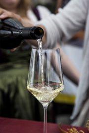 Main Bayern Wein Silvaner im Kuenstlerhaus einschenken