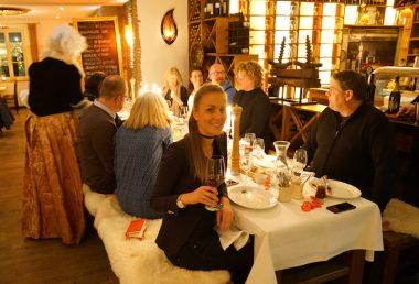 ISARBAROCK Villa Floßlaende - Bianca am Tisch