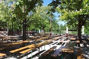Die besten City-Biergärten in München - Bierbänke in der Sonne