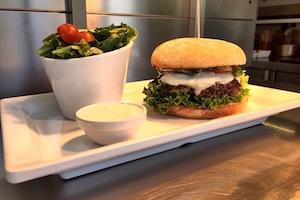 Die besten Burgerlaeden in Muenchen Burger auf Teller