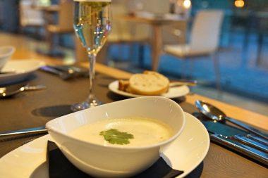 Die Curry-Zitronengras-Suppe mit Brot und Aperitif