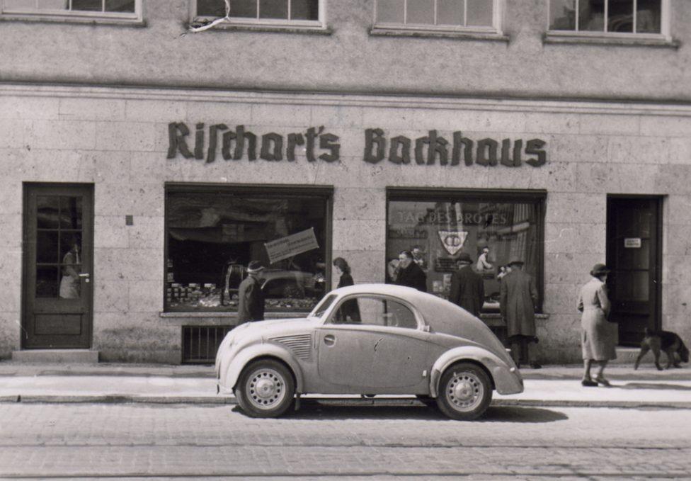 Rischart Baeckerei Geschichte - 1950 ca Fraunhoferstr mit Auto